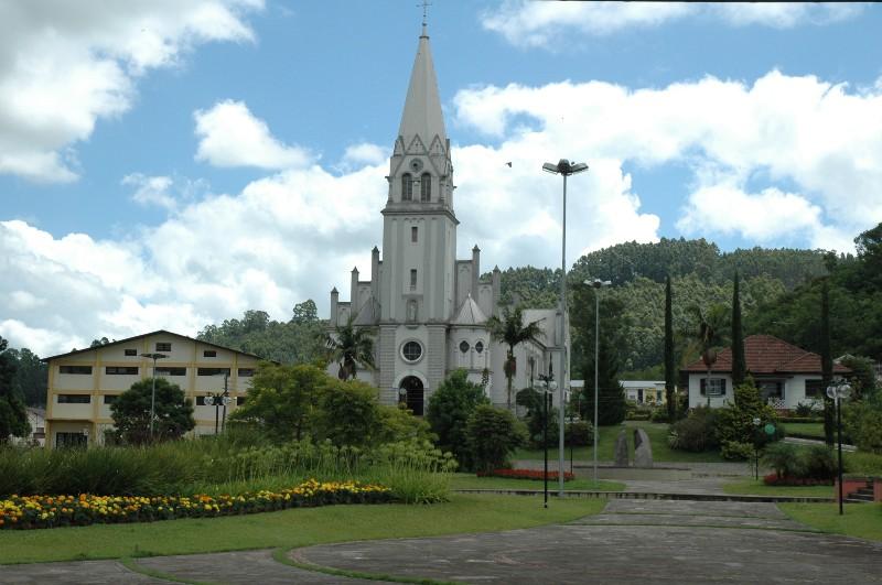 Vista da igreja e praça
